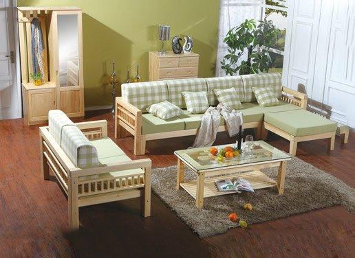 松木家具大致可分为两大类 传统松木家具,材料选用纯净松木,设计上突出自然,造型古朴方明,线条明了,其朴实含蓄而严谨的风格,在新潮迭起的时代不失古雅风范。 现代松木家具则是松木和布艺松木和金属等多种组配,在色彩组合上,也保持木材本色,突出家具的现代气息。使美感与功能兼备,实用得体,更能营造现代家居中的一份轻松舒服。 松木家具无论是传熟、现代,都是追求一种纯真、质朴、简洁,实用的风格。使家具本身坚固,持久、耐用,而现代人选用纯正的松木家具,在缓解现代社会紧张工作的同时,为我们隔开拥挤与烦躁的都市生活,迎合了回