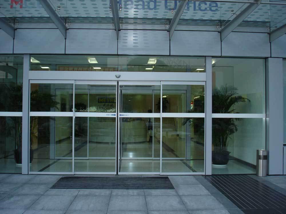 相信大家對于門的把手一定不會陌生了。每道門都會有把手,把手的存在就是為了能夠讓門更加容易進行開合。不過門的把手會有不同的材質,不同的材質給我們帶出來的感覺非常不同。玻璃門一般都會在辦公室中使用。由于玻璃門十分明亮,所以如果在辦公室使用玻璃門的話,會使整個辦公室變得更加透明化,顯得更加寬敞。那么玻璃門會使用哪一種材質的把手呢?
