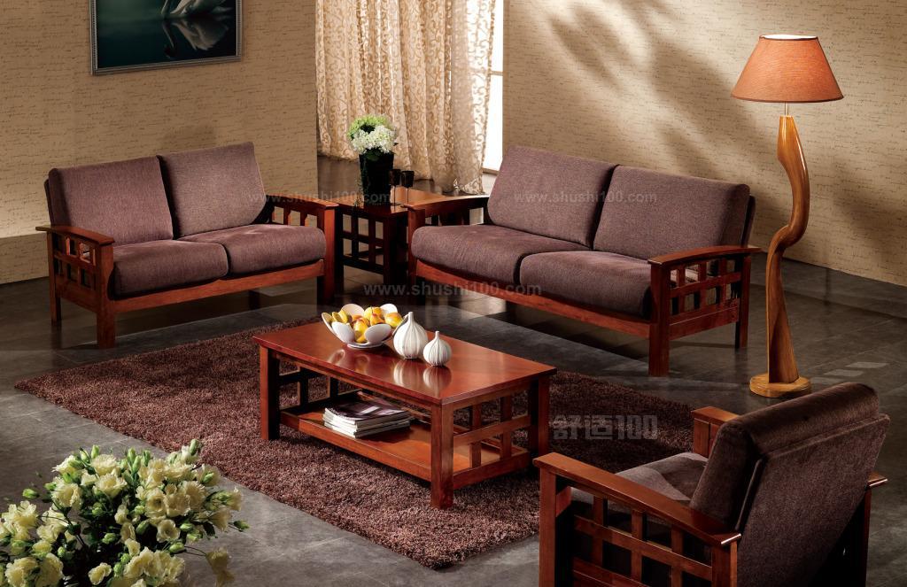 看材质 实木有很多很多种材质,不同材质的实木沙发价格也相差甚远,由于普通消费者很难区分实木到底是哪种材质,家具行家告诉你一个简单的辨别办法,看木材的硬度和木纹,木材的硬度越高、木纹越美丽,材质就越珍贵,价格也就越高。 检查实木 挑选时消费者可以看沙发沙发是否有木材天然疤结;最后再看实木是否有色差,真正的实木表面一般都是有色差的。 察看细节 看实木是否有开裂、虫眼、霉变,只要有这几种情况,就一律不要购买。 检查框架 实木沙发采用螺钉和保护块等方式加固,消费者可以坐在沙发上试几下,看沙发是否会出现咯吱咯吱的声