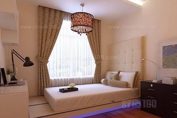 这是非常经典的浪漫田园风格设计,布置很温馨,色彩淡雅,格调清新。小碎花窗帘,风吹起的时候,轻飘飘的妩媚。一款悠闲的小椅子摆放在床边,高雅的感觉呼之欲出。各种颜色的床品与白色床搭配在一起,让人马上感受到了清新明快的气息。这样的卧室让御姐们欲罢不能。 新婚卧室布置的技巧就为大家介绍到这里了。对于不同风格的新婚卧室布置,在布置的过程中得好好的注意一下不同材料的选购,然后在布置的过程中注意一些小细节就差不多了。因此,希望小编介绍的内容可以帮助到大家吧。