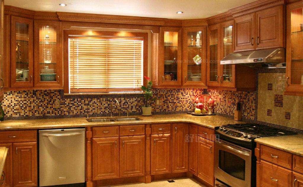 1、温差影响 实木橱柜最理想的安放环境是温度摄氏18度到24度,相对湿度35%到40%之间,请避免橱柜放置在接近热源或空调风口的地方。冬季阴雨时节应注意厨房湿度,避免多余水分蒸发增加室内潮气,门板上有水份应及时擦拭。 2、避免阳光直射 应尽量避免室外阳光对橱柜整体或局部的长时间曝晒,其摆放位置最好在能够躲开阳光照射进来的地方,或用透明的薄纱窗帘隔开日光直射。