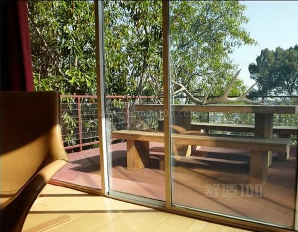 如果从美观装饰性方面讲,阳台用落地窗好看大气,视野可很好。但是要从施工和后期使用上看,阳台用落地窗一旦密封不好,后续冬天会很冷,如果下雨还可能会漏水,漂亮是漂亮,视野更加开阔!但要注意比较费空调电费,因为玻璃的保温效果当然比不上墙,按规范低于一米的窗户必须要有栏杆等安全防护措施,落地窗更应该要考虑安全因素。