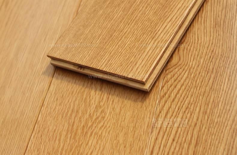 一、实木地板主要包括榫接地板(又称企口地板)、平接地板(又称平口地板)、镶嵌地板、指接地板、竖木地板和集成材地板等。 实木地板生产企业规模参差不齐,多数规模较小、设备落后,整体技术设备水平较低,5000多家生产企业中年产量达5万平方米以上的企业只占3%~5%,这些大中型企业大多从国外引进设备,其生产量和销售量纺占整个市场的40%左右;而大多数小型企业对树种、选材、材性和加工工艺,由于人员素质、技术设备和管理水平较低,难以控制,存在一定的资源浪费现象。 二、强化木地板一般可分为以中、高密度纤维板为基材的强化