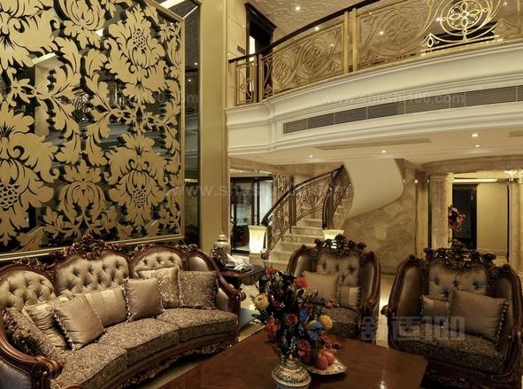 在地板的选择方面,色泽饱满,深色典雅的花色都可最大限度的体现欧式风格。如红檀,黄檀,古典橡木等花色。如果是复式的房子,一楼大厅的地板可以采用石材进行铺设,这样会显得大气。如果是普通居室,客厅与餐厅最好还是铺设木质地板。地毯:地毯的舒适脚感和典雅的独特质地与西式家具的搭配相得益彰。