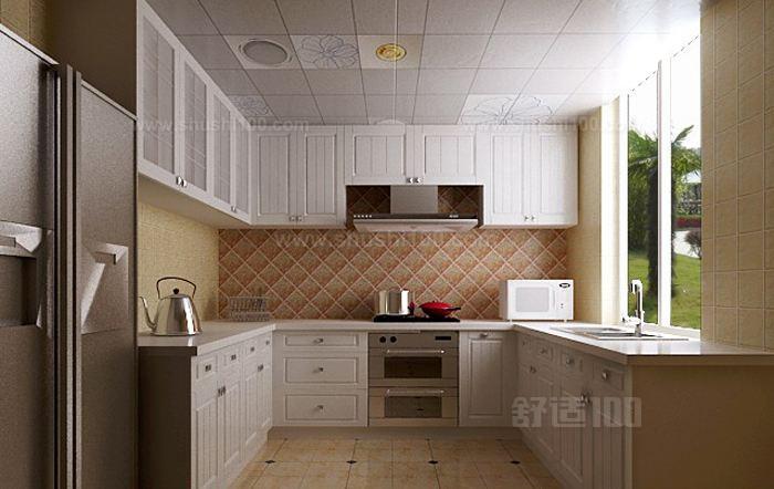 一般情况下,一个整体厨房包括厨柜、排油烟机、燃气灶、清洗池等大件,也包括一些悬挂件、小角柜等小件,并将冰箱、烤箱、微波炉、洗碗机等多种电器安排在适当位置上。激进派认为整体厨房由专业人士进行整体设计和整体施工装修,杜绝了传统厨房的各种安全隐患,实现了水与火、电与气的完美整合。
