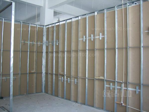 工艺流程: 放线安装天、地龙骨安装边框龙骨安装竖向龙骨安装门、窗洞口框安装附加及支撑龙骨填充岩棉铺设水电管线安装石膏板(两面)接缝及面层处理 施工要求: (1)放线:根据设计施工图,按照龙骨宽度弹线,在已做好的地面或地垅上放出隔墙位置线、门窗洞口边框线,并放好顶、墙龙骨位置边线。以罩面板的长、宽分档,确保龙骨位置正确。 (2)天地龙骨安装,沿弹线固定顶、地龙骨,固定点间距应不大于600mm,龙骨对接应保持平直。 (3)固定边框龙骨,龙骨的端部应固定,固定应牢固。墙、柱边龙骨用射钉或木螺丝与