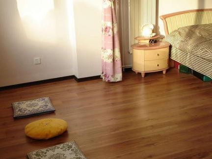 卧室地面铺装—实木地板 实木地板作为室内地面铺装材料已经流行一段