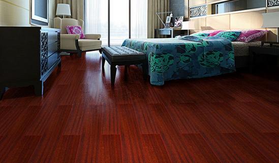 材质好。印茄木作为实木地板中比较高端的珍贵树种,是北方铺装比较常见的树种,木材有光泽,无特殊气味和滋味,结构略粗,含油、抗潮抗白蚁性能强,耐腐、耐久性强,材质硬重,强度高。 性能稳定。印茄木实木地板材质稳定,极不易变形、开裂,堪称实木地板中的稳定之王,理论上来说可以用于地热。 花色好。印茄木实木地板花纹好看,树纹清晰美观,很有特色,颜色亮丽,做工精细,在外观上是很出色的。  印茄木地板