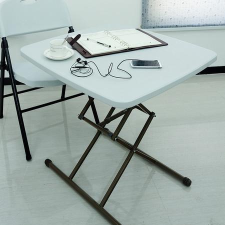 其折叠书桌简单便携,一桌多用