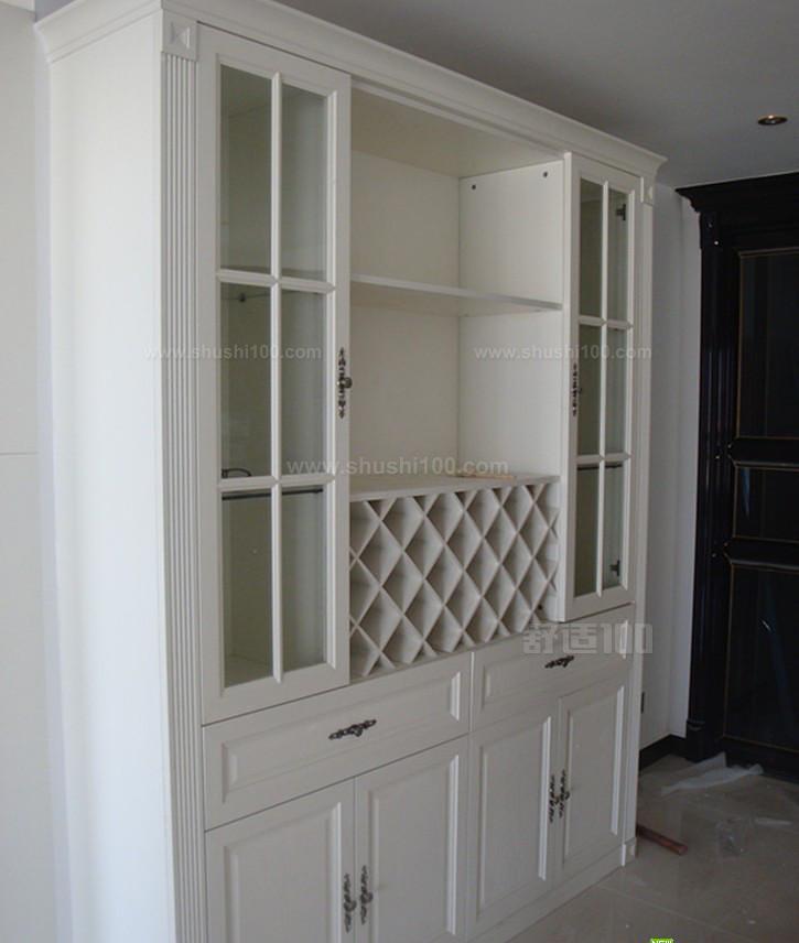 酒柜要有色玻璃或紫外线过滤膜的门,防止阳光紫外线。酒柜设计每层高度尺寸应是30至40cm,置放酒瓶部分应斜放,柜子不能太深,方便拿取。若拥有敞开式客厅、餐厅,可用落地式酒柜做屏风,分隔生活区域。若有大量藏酒,且酒柜品质要求高,可用整体储酒间,空间尽量相对密封低温;藏酒不多,可用餐边柜暂时储酒。 展示型酒柜可移动储酒柜,关上门,俨然是艺术品装置;开门后,摇身变化为多功能展示柜,书、杂志、酒杯、酒瓶一并展现。整体橱柜嵌入式电子储酒柜。无论是数量,还是品质,都可以满足你的需要,好处就在于有足够大的空间和温度控制