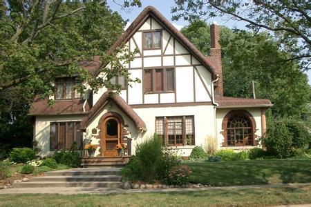采用框架镶板结构方式及典型的窗格花饰及折叠亚麻布装饰.