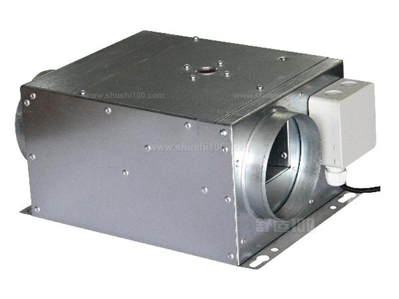 兰舍新风系统是根据在密闭的室内一侧用专用设备向室内送新风,再从另一侧由专用设备向室外排出,则在室内会形成新风流动场的原理,从而满足室内新风换气的需要。实施方案是:采用高压头、大流量小功率直流高速无刷电机带动离心风机、依靠机械强力由一侧向室内送风,由另一侧用专门设计的排风新风机向室外排出的方式强迫在系统内形成新风流动场。在送风的同时对进入室内的空气进新风过滤、灭毒、杀菌、增氧、预热(冬天)。排风经过主机时与新风进行热回收交换,回收大部分能量通过新风送回室内。借用大范围形成洁净空间的方案,保证进入室内的空气
