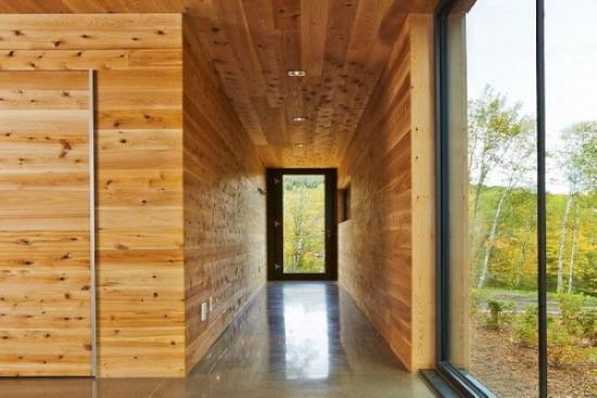 (1)墙面要求平整。如墙面平整误差在10毫米以内,可采取抹灰修整的办法;如误差大于10毫米,可在墙面与龙骨之间加垫木块。 (2)根据护墙板高度和房间大小钉做木棒经骨,整片或分片安装,在木墙裙底部安装踢脚板,将踢脚板固定在垫木及墙板上,踢脚板高度150毫米,冒头用木线条固定在护墙板上。 (3)根据面板厚度确定木龙骨间尺寸,横龙骨一般在400毫米左右,竖龙骨一般在600毫米。面板厚度1毫米以上时,横龙骨间距可适当放大。 (4)钉木钉时,护墙板顶部要拉线找平,木压条规格尺寸要一致。 (5)木墙裙安装后,应立即进