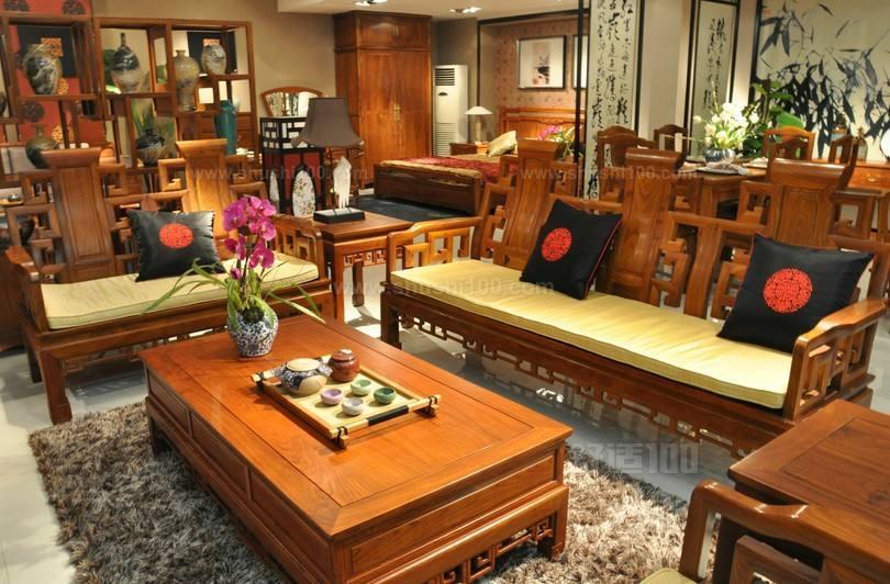 中式木制沙发是一种很常见的沙发类型