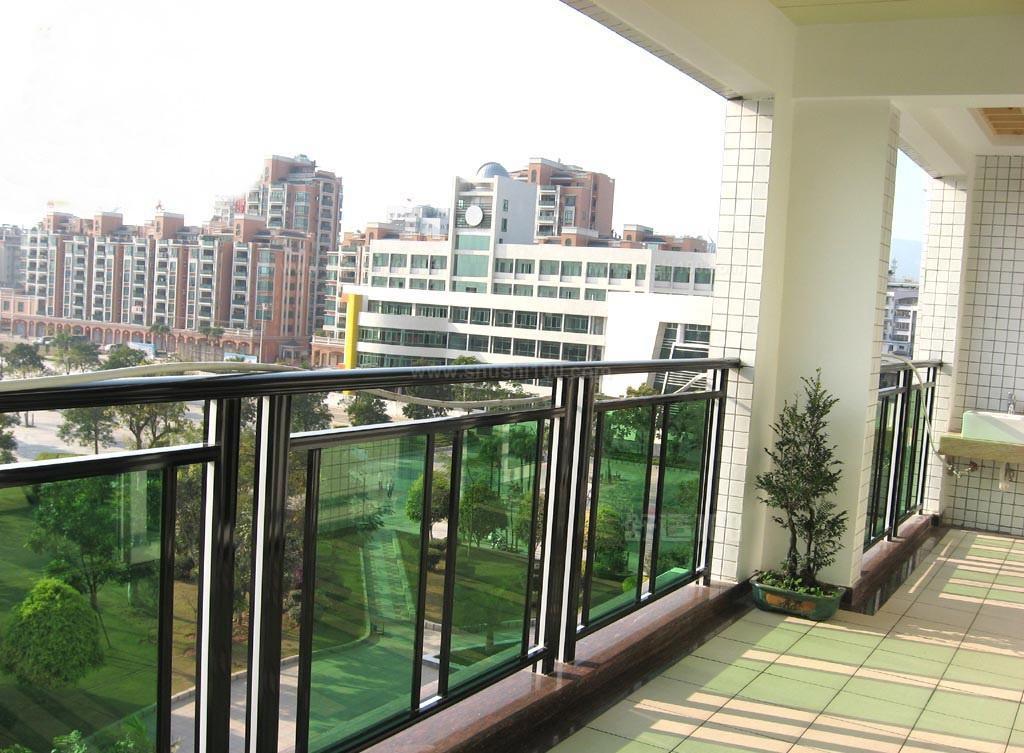 阳台护栏主要用于居民小区阳台的隔离防护;它采用承插式连接件进行安装可大大提高安装速度,万向承接式连接更使护栏容易在斜坡或不平整的地面上以任意角度、沿不同方向进行安装, 比木头坚硬,比铸铁更富有弹性和高抗冲性能,使用寿命长;使用寿命为30年以上;手感细腻、绿色环保、塑造简洁明快的特点,可以点缀建筑外貌,让环境更加温馨、舒适。  装修阳台护栏
