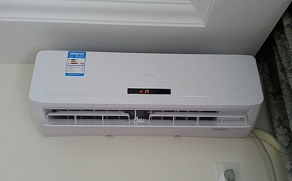 冬天空调开多少度合适呢?其实我们在使用空调制热的时候只要将空调的温度设置在人体最为舒适温度下就可以了,一般情况下,我们在设置空调温度的时候只要身体不会感觉到过冷或者是过热就是最为适应的温度,这一种温度通常也被称之为生理零度。生理零度也就是人体感觉到的最为舒适的温度。   对于一般人来说他们的生理零度大约是28~29,所以在空调房中,在设置空调温度的时候也就应该将空调温度设置在这一个温度附近最好。冬天温度开多少度合适呢,平时在设置空调温度的时候我们不仅要将温度设置在人体的生理零度附近,同时还应该注