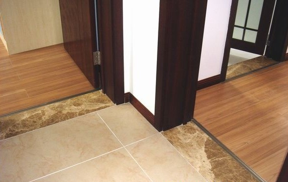 门槛石能起到防潮的作用,防止地板起拱.