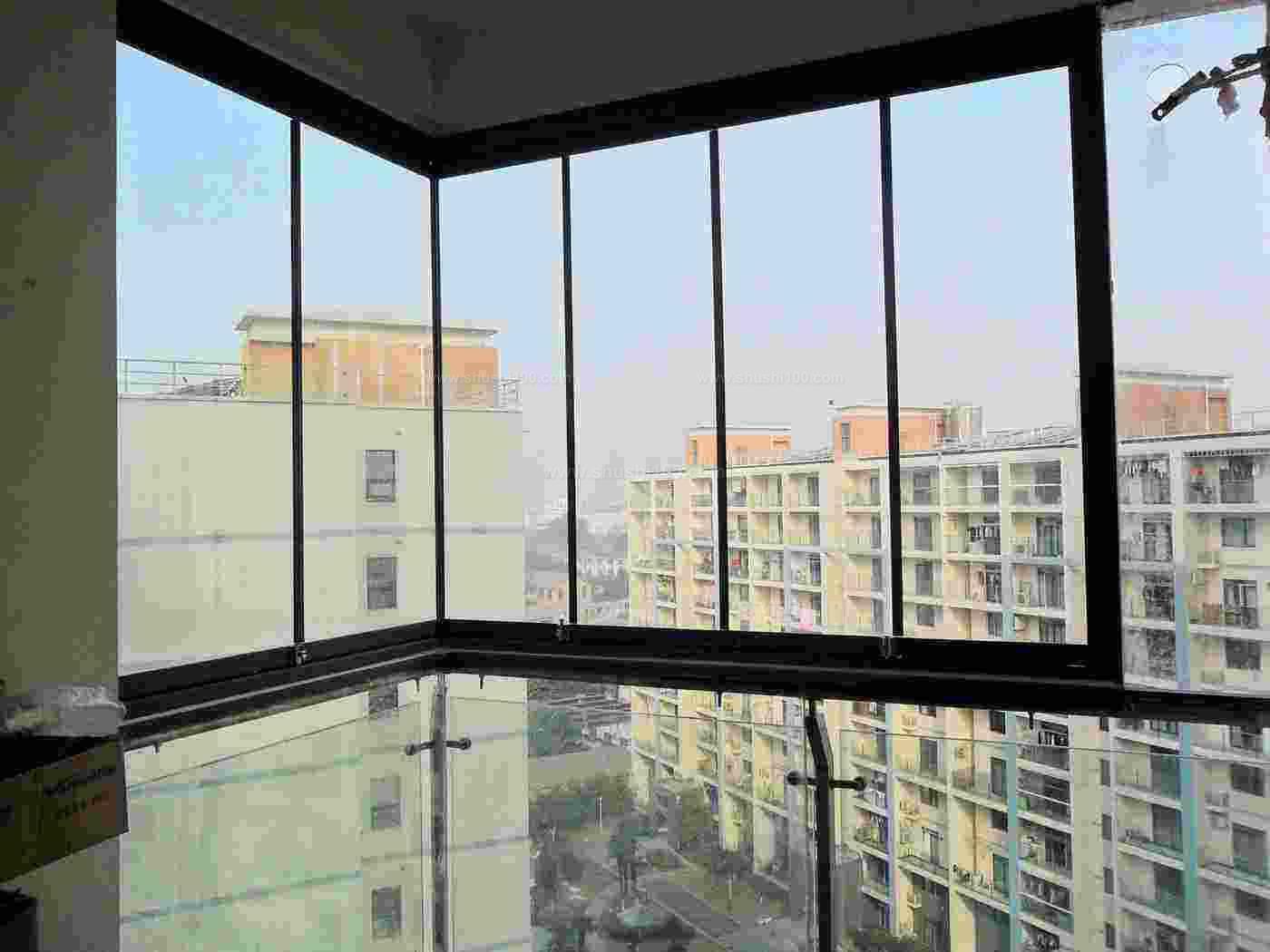 1、双层中空玻璃窗户。中空玻璃窗户的另一大使用功能就是能大幅度减低噪音的分贝数。一般的中空玻璃可减低噪音3045dB。其隔音原理是:中空玻璃窗户的密封空间内的空气,由于铝框内灌充的高效分子筛的吸附作用,成为导声系数很低的干燥气体,从而构成一道隔音屏障。中空玻璃密窗户封空间内若是惰性气体,还可以进一步提高其隔音效果。   2、双层真空玻璃窗户。真空玻璃窗户一般由两层4mm厚的平板玻璃构成,两层玻璃窗户中间留0.