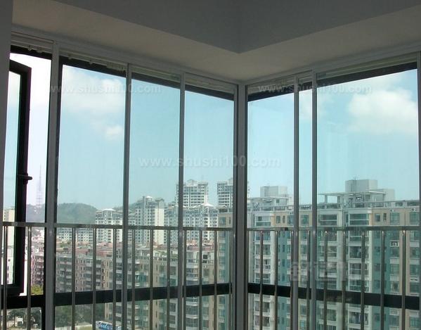 工业风格窗户外风景图