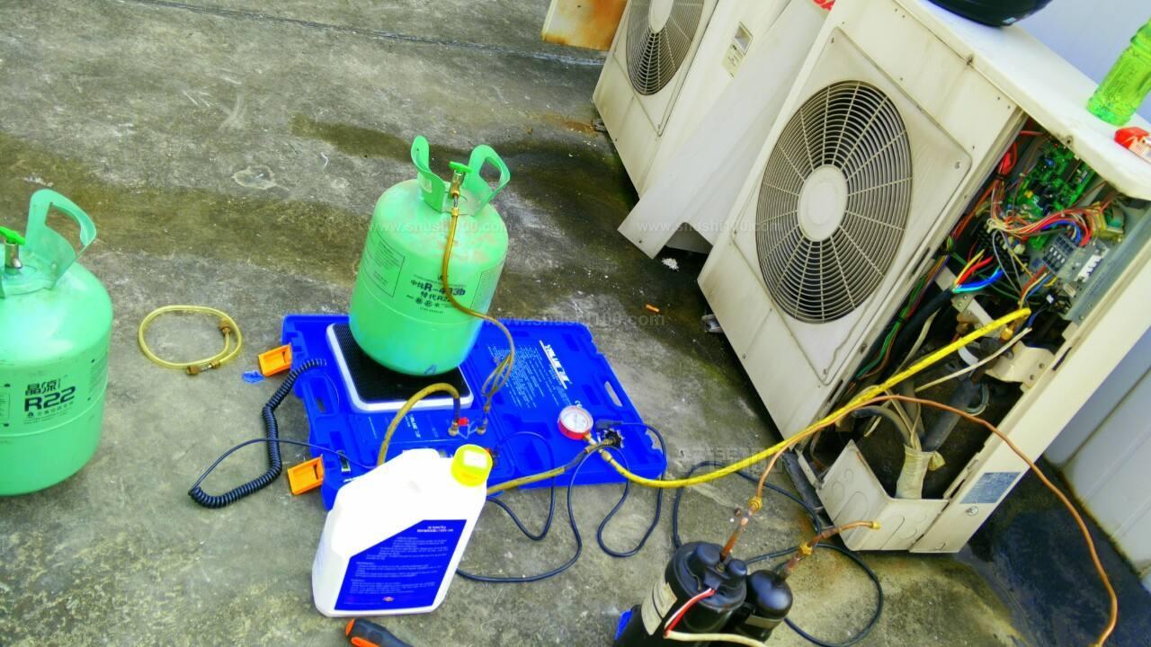 在空调加氟的时候一定要保持空调是开着的,而且要在制冷的状态下开着,这样才能知道加氟有没有加进去,才知道加了氟之后空调能不能进行制冷。如果加了氟空调依旧不能制冷,说明有地方漏了,氟已经往外泄了。这时,空调是需要进行维修的,大家要格外注意。 在保修期内不需要付钱!把保修卡拿出来就可以了,他抄编号机型,让你签字就可以了!当时,他用工具把外机箱接口拧紧了!效果还蛮好!现在还不错。因为我买的是一样的空调,所以不管是几匹,价格一样,如果过了保修期,那么就是要收维修费用的。 小编通过上文为大家介绍了一些天津空调加氟的方