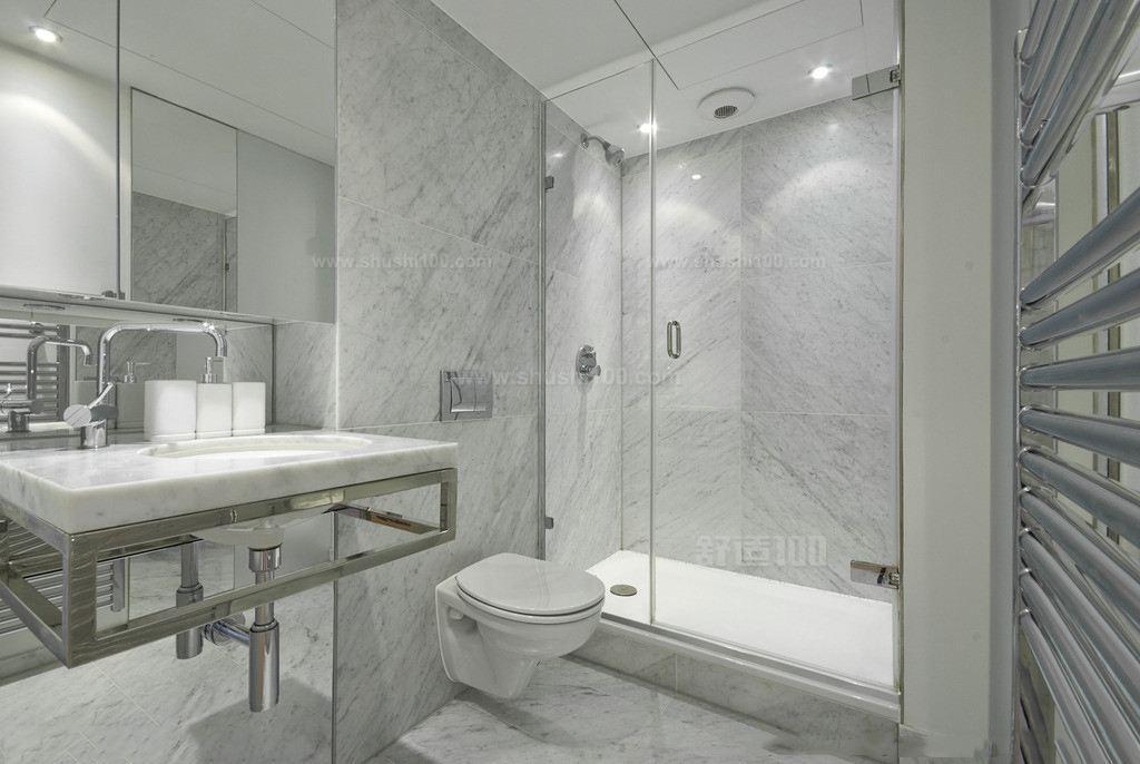 墙砖一般适用于洗手间、厨房、室外阳台的立面装饰,贴墙砖也是为了保护墙面免遭水溅的一种有效途径。用于卫生间的墙纸不但要美观、防潮和耐磨坚固,也是一种非常有趣的装饰元素。这种用于墙面装饰的墙纸一般是分为两类:釉面砖和通体墙砖。 墙砖的规格也是区别的,不同的房间,适用于不同的墙砖,选择的依据主要是房间的结构形状和房间的面积大小以及室内采光的好坏程度。