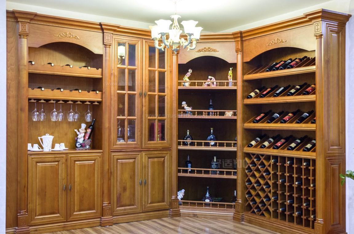 美式风格的家居里大都有壁炉,如今人们已经接受它作为装饰,成为客厅的一部分。考虑到开放的客厅、餐厅与门厅相连,太过于一览无余,为了让客厅和餐厅有一个区分,于是取了壁炉的造型。像这一张酒柜装修效果图,设计了一个大理石材质的固定酒柜。它就像一个岛,让客厅和餐厅相互关联,却又在分区上彼此明确,同时又具备酒柜的作用。   若您偏爱一种原始的回归感觉,那么不妨设计一个原木的酒柜。这种酒柜在设计上采用了原木的制作,原木的质感让人有一种回归自然的感觉,玻璃和银色的装饰又添加了浪漫的色彩。将它置于客餐厅之间,弧形吧台的