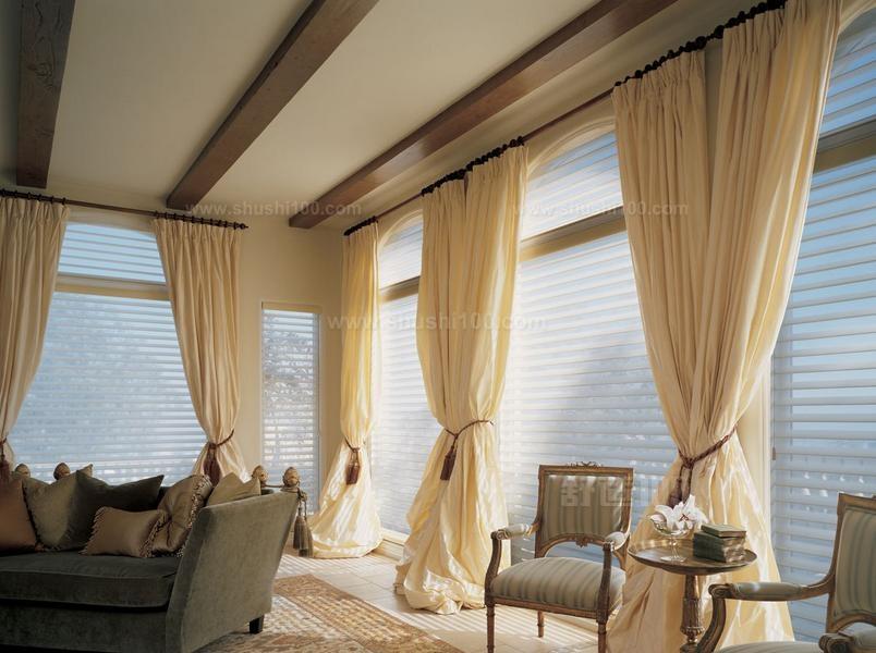 1,如果室内的颜色比较偏黄就可以选择采用米黄色的窗帘,或者是杏黄也可以,在色系上就达到了一致,但是这样的颜色会给人一种眩晕的感觉,所以大家可以选择浅蓝色或者是浅绿色都可以,用比较中和的色系,颜色反差也不大,所以还是比较和谐的。   2,还有考虑材料的花色,花色也要与室内设计一致的,但是也可以根据季节来调换材料,在夏季就可以选一些比较冷色调的颜色,冬季就要选择比较温暖的,这样给的人的感觉会比较舒适,还有一点就是在选择材料的时候,还要看家具的样式了,也是要与家具相符合的。    窗帘的颜色是有很多种类的,