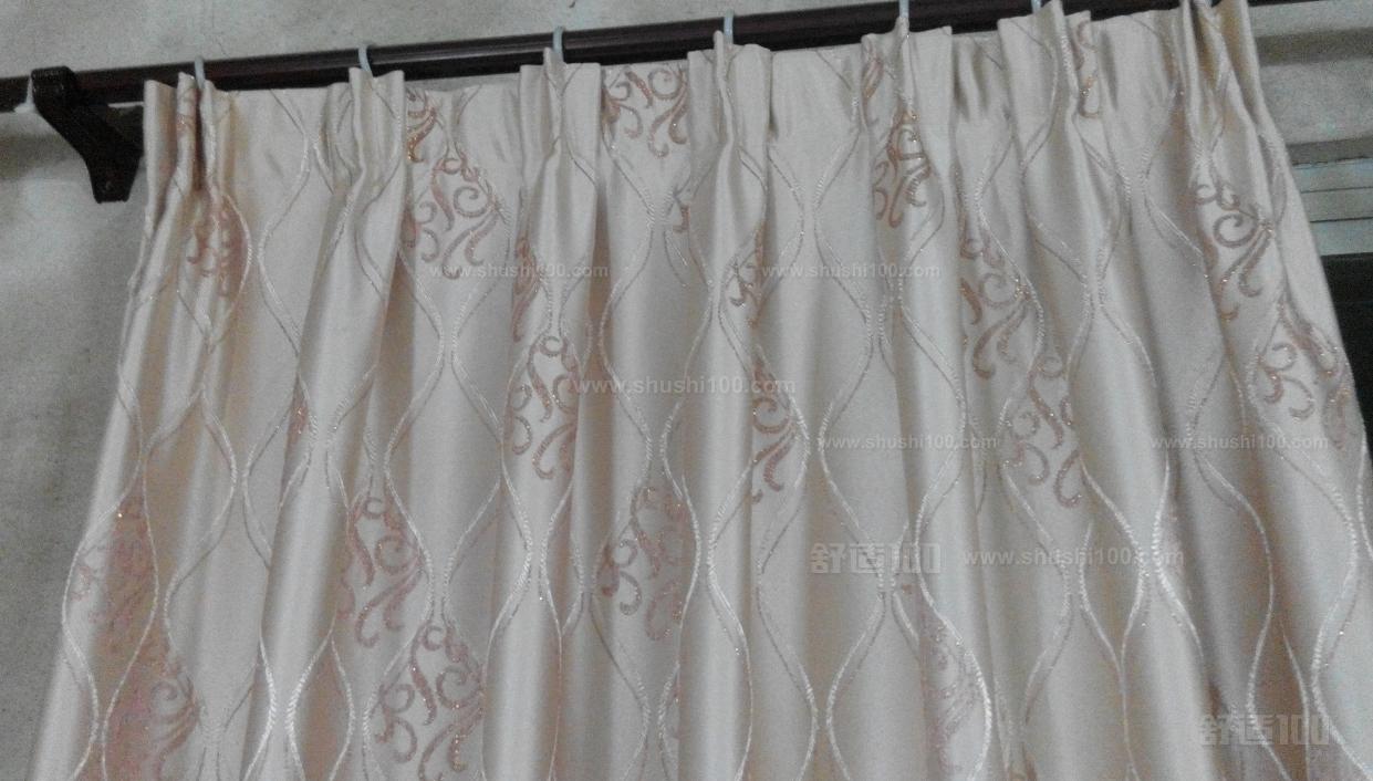 现在的商品房之间,隔的距离是比较近的,为了各自的家庭隐私能够有一个更加好的保护,我们是需要在家庭里面安装窗帘的,有了窗帘的话,别人就不能够看到我们家庭里面的情况了 ,而且,窗帘这个产品的款式与花色是有比较多种的,我们还可以根据自己的需求来进行选购,这样的话窗帘还具有一个非常好的装饰性的。窗帘的款式是比较多的,其中窗帘罗马杆就是比较受欢迎的一种,不知道大家对于窗帘罗马杆这个产品有多少的了解呢?窗帘罗马杆这个产品的安装又是怎么样的呢?下面小编就来为大家专门的介绍下窗帘罗马杆的产品安装方法,大家可以一起的过来了