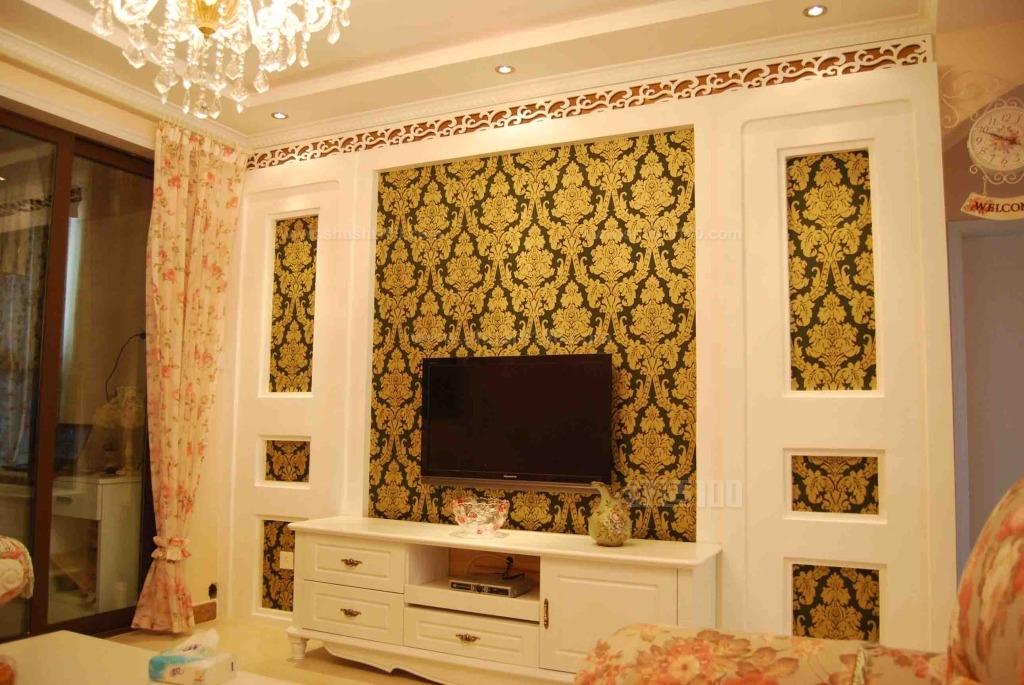 1,在购买墙纸的时候大家就要先选择材质了,有很多的材质都是不同的,使用的时间就会不一样,所以大家在购买的时候对于材质问题一定要多注意了,还有就是颜色方面了,选择颜色的时候是需要看室内设计风格的,这样装修出来的效果才会好。 2,房屋当中的壁纸与灯光的搭配也是非常重要的,有的灯光与墙纸的结合会出来非常特别的效果,对于陈设的映衬也是有帮助的,所以说墙纸的颜色与灯光是非常关键的地方。