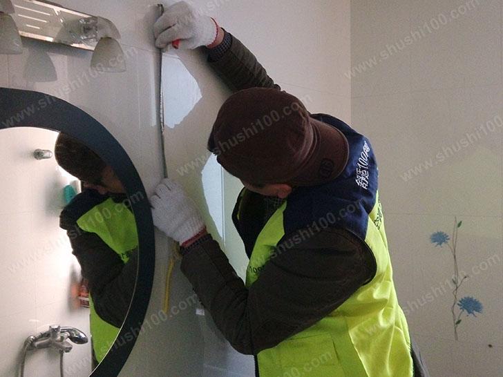 暖气片安装 舒适100工程师正在精准测量