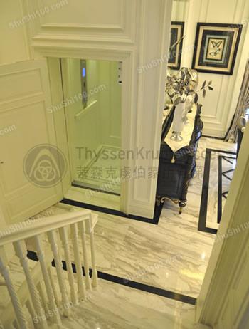 蒂森克虏伯别墅电梯安装图片,象牙白外观设计,轿厢与室内装修浑然一体