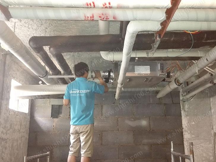 施工人员将管道安装到位