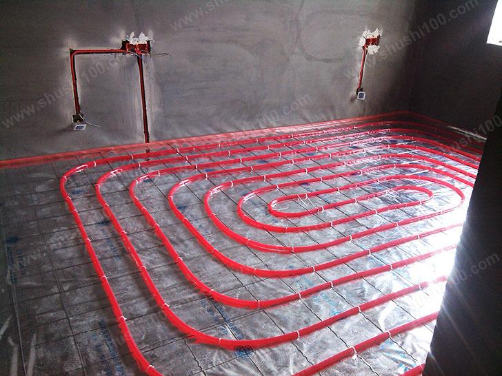 地暖安装 地暖管铺设整齐规范,拐角处用卡钉固定