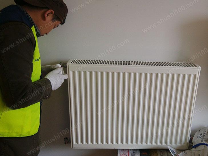 暖气片安装 舒适100工程师正在进行暖气片施工安装
