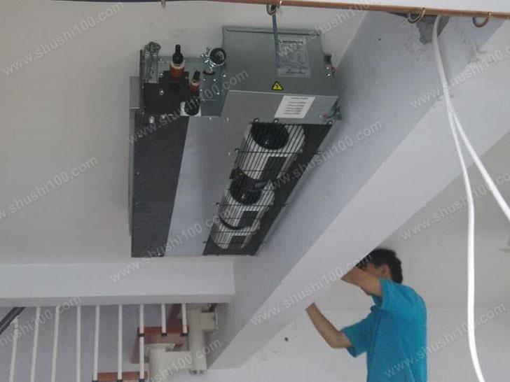 专业人员在安装中央空调