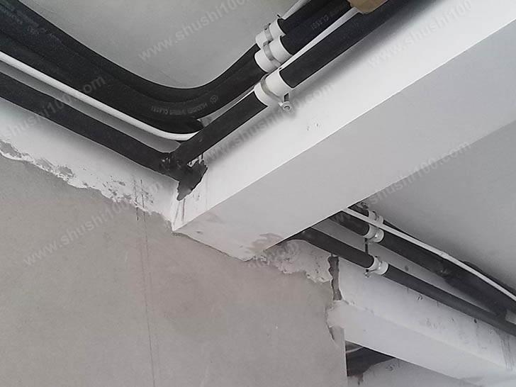 中央空调管道贴墙排布,且各接口结合紧密
