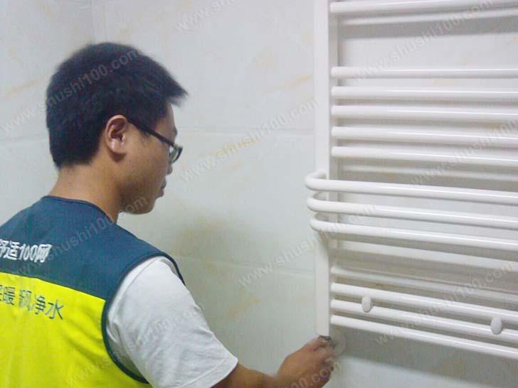 舒适100工作人员教业主使用暖气片