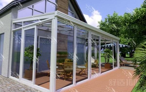 1、注意房屋角度的设计。复式阳光房形状各异,设计新颖,再加上自己的精雕细琢,使其不仅是住宅的精美装饰品,更可以获得室内的舒适享受。如何设计能最大化减少复式阳光房的价格呢?选择专业化的阳光房系统,可以实现关于采光和设计几乎所有可能的设计方案。在最大屋顶倾斜度为45度的情况下,根据选中的不同的顶棚形状,采用各种精美的开启窗。 2、注意窗户的位置以及安装。这种开启窗安装在复式阳光房的屋顶,既具有装饰性又满足功能性的要求还能减少复式阳光房价格成本。屋顶窗成为建筑物的亮点,重点强调建筑物的开放性,实现最大的采光度,
