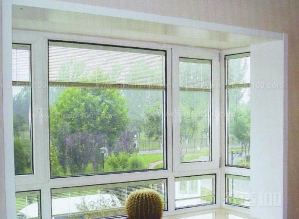 轻质高强,玻璃钢型材是空腹的,相对密度在1.8左右,其拉伸强度与普通碳钢接近,弯曲强度和弯曲弹性也非常好,因而不需用钢衬加固,也节约了制造成本。密封性能佳、节能保温,玻璃钢门窗在组装过程中,全部缝隙均采用橡胶条和毛条密封,因此密封性能好。同时玻璃钢型材导热系数低,只有金属的1/1000~1/100,加之其特殊的空腹型材结构,保温性较好。玻璃钢是优良的耐腐蚀材料,对酸、碱、盐及大部分有机物,海水以及潮湿都有较好的抵抗能力,对微生物的作用也有抵抗性能。其具有的这种特性尤其适合使用于多雨、潮湿和沿海地区,以及有