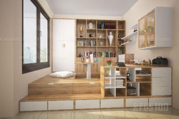 小户型的卧房,设计师可以利用榻榻米结合书桌的设计让卧室看起来更整体了,不仅床下设计的抽屉可以用来储物,床尾还设计了一个掩门柜,书桌上方的吊柜与衣柜完美的连接,使得储物空间更集中在一个方位,这就能方便您的存储与拿取。 小户型的卧房,设计师也可以利用榻榻米结合书桌的设计代替了成品床,不仅榻榻米具有储物功能外,榻榻米尾部结合设计的到顶大书柜也能储物,在书桌的右边设计师精心设计了一个定制衣柜,衣柜下方的抽屉和上方的挂衣橱中间的展示区让视觉上得到了缓冲。 有一些榻榻米,也同样具有上翻的功能,可以在床下储物,床边的推