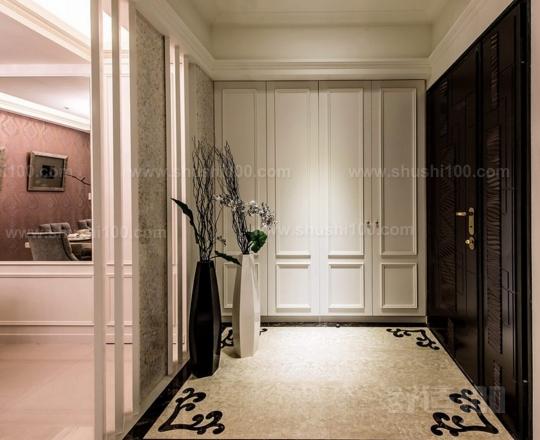 独立玄关地坪设计 玄关门厅坪设计要把握三大原则:易保洁、耐用、美观。至于地坪材质可以采用纹理美妙、或者光可鉴人的磨光大理石拼花,或用图案各异、镜面抛光的地砖拼花勾勒而成。而至于地砖是否应该与客厅一致,看个人喜好,可以自成一体,与客厅分离开,也可以一致。 独立玄关墙面设计 独立玄关的墙面通常作为背景烘托。