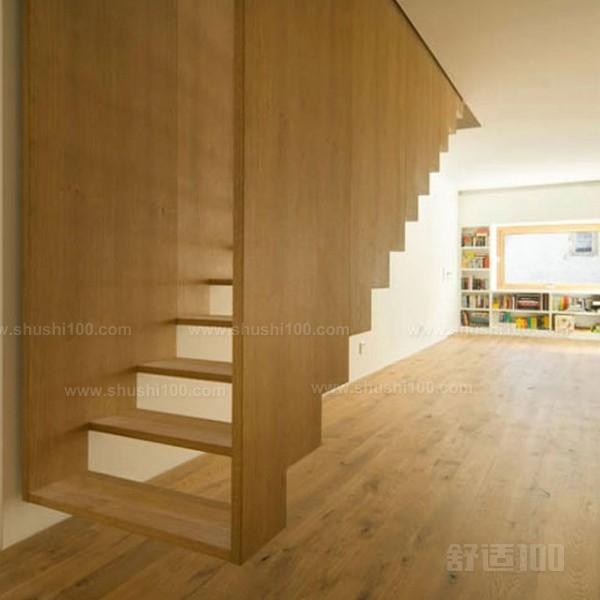 在复式楼设计中楼梯作为连接上下的通道,所以在进行家居装修时楼梯装修也要细致材料恰当组合使用与整个居室的风格相搭配。楼梯装修中扶栏设计最为关键,它关系到整个楼梯的美观是否与整个居室的风格一致。楼梯的装饰材料有很多,如钢材、玻璃、绳索、石材、布艺、地毯等。根据自己设计的风格把这些材料恰当组合,并与整个居室风格相匹配,会得到意想不到效果。 楼梯扶栏最忌讳用镜面不锈钢或其他能反光的金属。用不锈钢做楼梯护拦就要用哑面的不锈面。最理想的楼梯扶栏材料是锻钢,其次是铸铁,然后是木材,最后是瓷。楼梯最好选用的材料是用水泥混