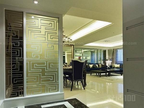 客厅隔断玻璃墙的重要组成部分是玻璃,而玻璃又是易损件,因此管理和保护十分重要。在保存的地方广泛的流通空气是必要的。尤其是在高温及循环温度周期内更应注意。如果条件不允许将它们存放在室内,那么应该用防水油布或塑料覆盖起来,以防风吹入的雨及流入的水,并且应定期打开罩布检查是否水气凝结。   玻璃必须罩上不透光的防护罩,决不能直接放在太阳光下保存。所有玻璃的顶边和底边应该用油毛毡垫上,并且用保护纸板或其他油毛毡将其分开。如果玻璃是平放着的,就必须用油毛毡盖住表面,以防止灰尘、砂粒玻璃片或其他污染物。在施工期间