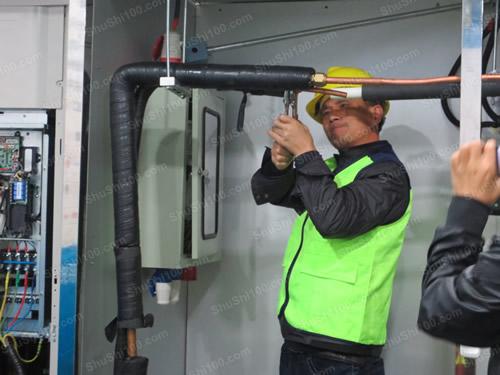 工程师现场演示安装中央空调冷媒铜管图片