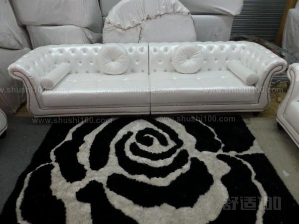 """欧式皮沙发,顾名思义是欧洲款式的沙发,以英国STVILLA塞特维那,意大利SILK丝丽、等进口品牌为代表。欧式沙发是沙发的鼻祖,来源于十七世纪的法国。当时由于沙龙salon(在法语中一般意为较大的客厅,另外特指上层人物住宅中的豪华会客厅,之后逐渐指一种在欣赏美术结晶的同时,谈论艺术、玩纸牌和聊天的场合)的出现,一种叫做canape""""和""""divan""""的椅子,也就是现代沙发的前身出现了。当时的沙发主要用马鬃、禽羽、植物绒毛等天然的弹性材料作为填充物,外面用天鹅绒、刺绣品等织物蒙面"""