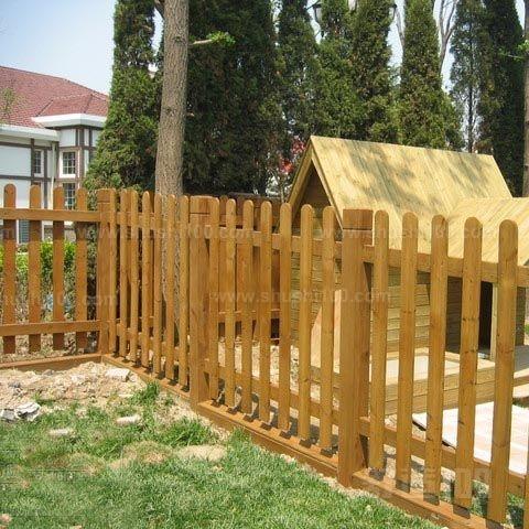 很多室内以及园林的装修当中都会用到防腐木栅栏,防腐木栅栏能让装修