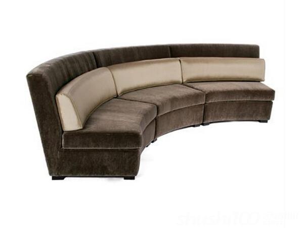 客厅弧形沙发以围合的方式摆放,很容易营造出热闹欢乐的气氛。特别是碰上一个不对称的房间或者有奇怪角落的房间,客厅弧形沙发还是解决棘手空间的秘密武器。而且,客厅弧形沙发还有很好的装饰作用,一个甜美的、优雅的弧形沙发相信是很多人都想要的。 当涉及到一个不对称的客厅或者有奇怪角落的客厅,客厅弧形沙发是解决这样问题的秘密武器,令人惊异的是,无论客厅多么不规则,遇到多么难解决的装修问题,客厅弧形沙发都能迎刃而解。