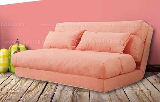 大多数折叠式沙发床在由沙发变身为床时需要打开折叠卡口或者抽拉出滑槽,有的沙发床底部还装有滑轮,方便主人轻松地转移位置,因此这些活动的关节也是沙发床的关键部位。选购时应亲手将沙发床推拉或开合多次,感觉在不同角度变换时都很顺滑不会卡滞才合乎要求。 海绵沙发折叠床可以给我们带来舒适的睡眠,提高我们生活的品质,这也促使海绵沙发折叠床的销量越来越高了,在选择海绵沙发折叠床的时候,我们要掌握一些方法和技巧,这样才能快速的选到产品质量佳并且适合我们使用的海绵沙发折叠床。