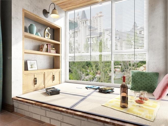 飘窗的三面都装有玻璃,窗台的高度比起一般的窗户较低.