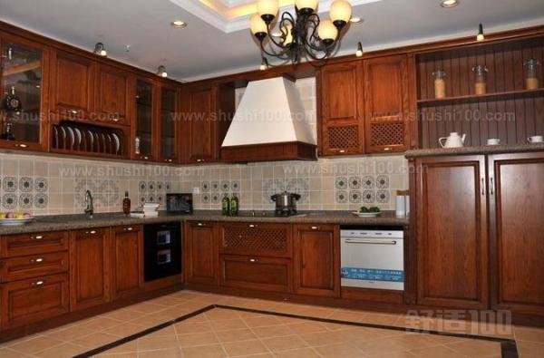 这款橱柜颜色为白色,门板雕刻和压花玻璃,经典的欧式半高柜设计,中间